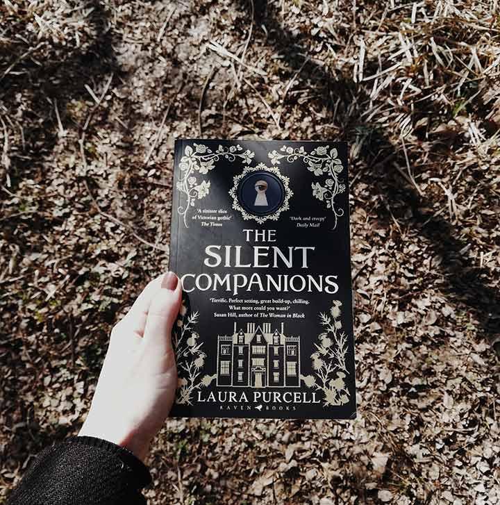 Photographie du livre The Silent Companions de Laura Purcell tenu à la main